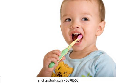 Little boy cleaning teeth