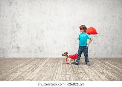 Kleiner Junge mit Hund im Studio
