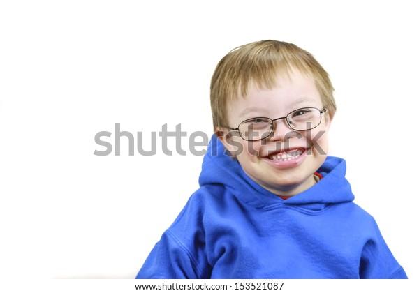 Kleiner Junge mit Downs-Syndrom und sehr glückliches Lächeln
