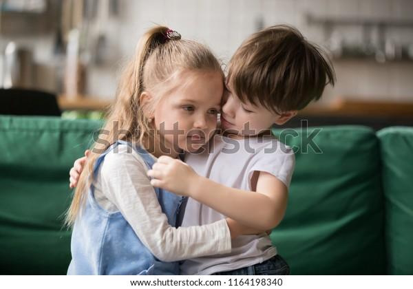 mädchen und junge umarmen sich