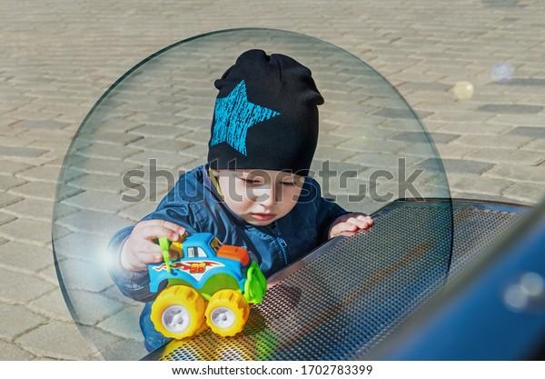 little-boy-inside-glass-ball-600w-170278
