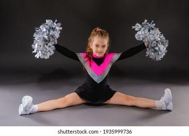 Little cheerleader girl does the splits