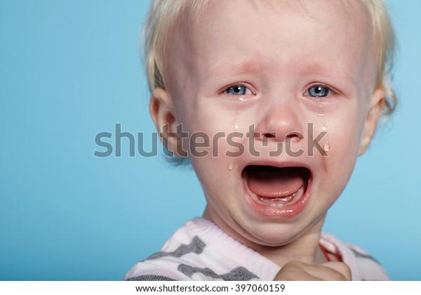 pequeño niño lindo con lágrimas en la cara