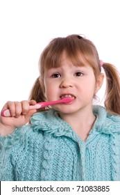 The little girl cleans a teeth
