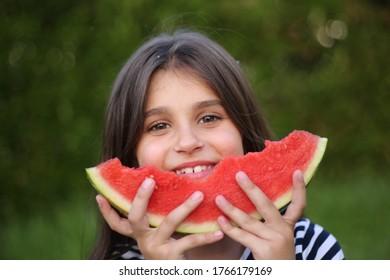 Kleines Mädchen isst eine Wassermelone. Sommer, sonniger Tag, Glück