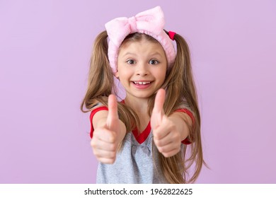 The little girl gives a very surprised thumbs-up. It's all good.