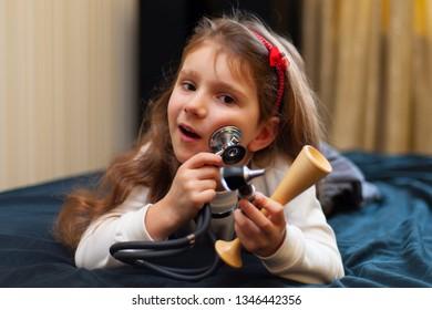 The little girl like real doctor.