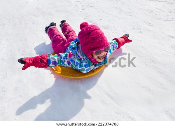 冬の雪崩に乗る少女