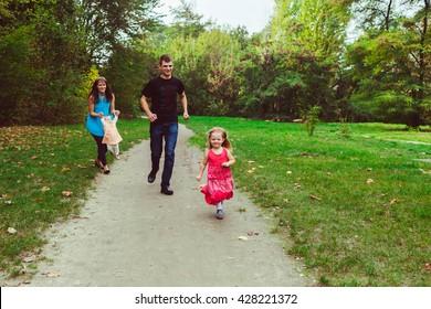 Little girl runs away from her parents