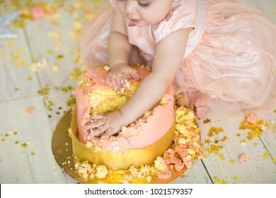 little girl smash the cake