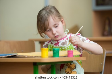 a little girl who draws paints