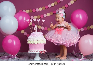 The little girl's birthday girl was smeared into a cake. The first cake. The use of the first cake. Smash cake.
