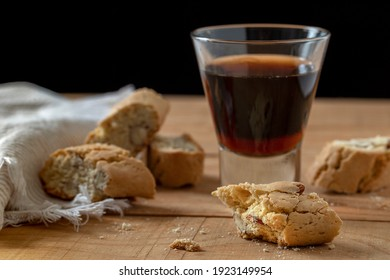 A little glass with italian Vinsanto liqueur and some traditional Cantucci cookies with nuts.