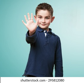little kid showing 5 fingers