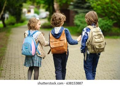 Kleine Schüler beeilen sich auf den Beruf.