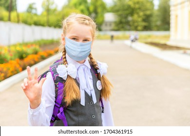 A little schoolgirl came to school to study in a medical mask.