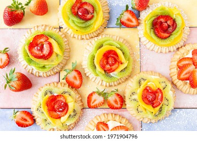 Little shortcrust pies, cakes with fresh fruits