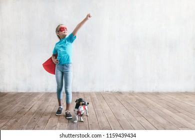 Kleiner Superheld mit einem Hund drinnen