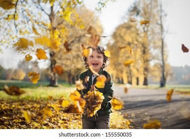 Kleiner Kleinkind im Herbstpark