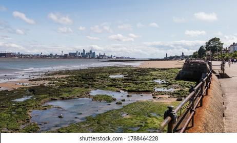Liverpool surplombe les rochers que l'on voit à marée basse depuis la promenade de New Brighton en août 2020.