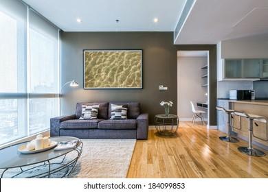 salon avec grande fenêtre et mur marron