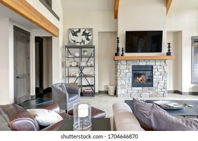 Salon intérieur dans une maison de luxe avec style scandinave rustique.