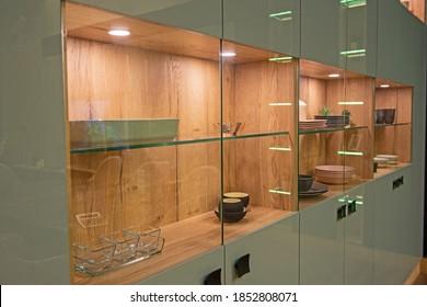 Wohnzimmerlounge im Luxusappartement zeigt Haus mit Innendekoration ausgestattet mit großen Schrank-Display-Gerät