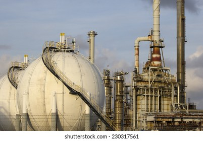 Lng gas storage tank and petrochemical plant