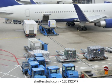 Loading an aeroplane with airfreight at an airport