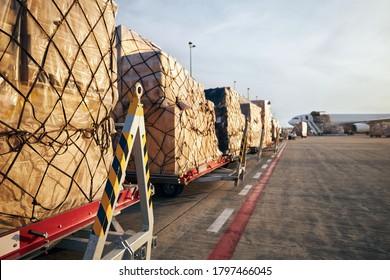 Beladung von Frachtcontainern zum Flugzeug am Flughafen.