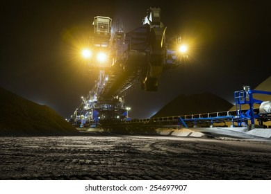 Loading of coal by a stacker reclaimer