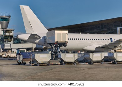 Loading containers and food into an aircraft