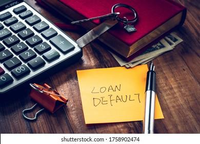 Verleihwort auf Notiz mit uns Dollar und Sachen auf dem Schreibtisch.
