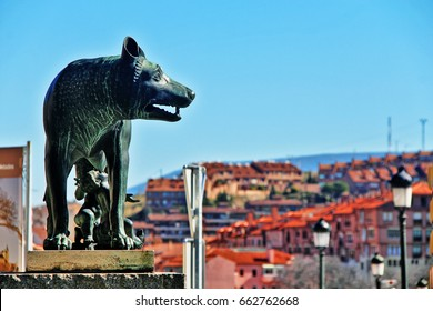 Loba Capitolina (Capitoline Wolf), bronze sculpture of mythical she-wolf breastfed to twins, Romulus and Remus, from legend of founding of Rome, at foot of Roman Aqueduct, Plaza del Azoguejo, Segovia