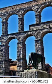 Loba Capitolina (Capitoline Wolf), sculpture of mythical she-wolf breastfed to twins, Romulus and Remus, from legend of founding of Rome, at foot of Roman Aqueduct, Plaza del Azoguejo, Segovia, Spain