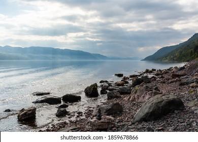 Loch Ness Lake in Schottland. Blick mit Lichtstrahlen an bewölkten Tagen.