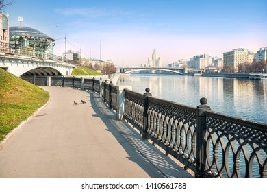 Lock embankment at the Moskva River, on the left, the House of Music and Lock Bridge, in the distance - a skyscraper on Kotelnicheskaya Embankment and Big Krasnokholmsky Bridge