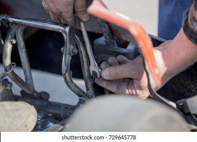 Locksmith repairing auto carting