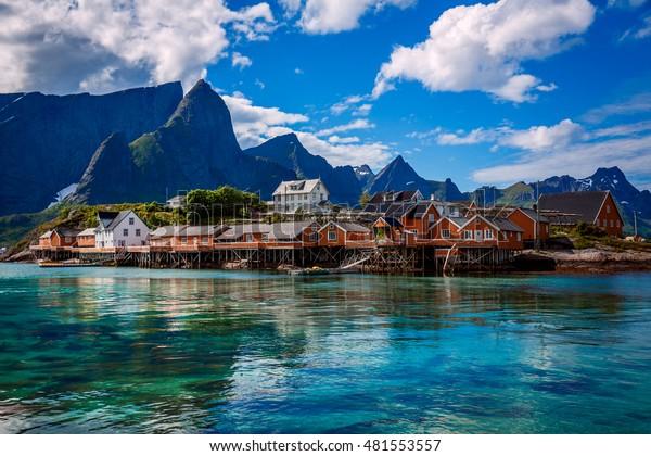 Les îles Lofoten sont un archipel situé dans le comté de Nordland, en Norvège. Elle est connue pour son paysage unique avec ses montagnes et ses sommets spectaculaires, sa mer ouverte et ses baies abritées, ses plages et ses terres intactes.