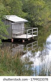 Cabina de troncos a orillas de la laguna alpina en las inmediaciones de Fussen