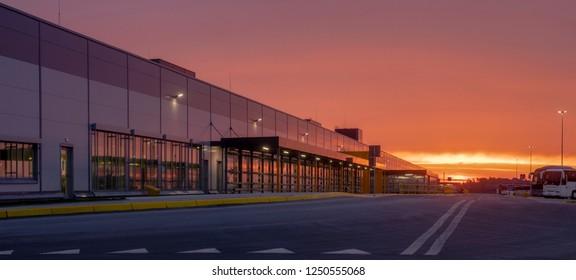 Logistikzentrum im Licht der aufgehenden Sonne