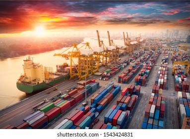 Logistik und Transport von Containerschiffen und Frachtflugzeugen mit einer Kranbrücke in der Werft bei Sonnenaufgang, logistischer Export- und Transportindustrie-Hintergrund