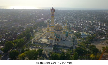 Lombok - 13/11/2019 Islamic Center NTB: Hubbul Watan Mosque. the biggest and grandest mosque in eastern Indonesia. mask
