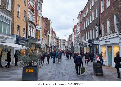 LONDON CITY - DECEMBER 23, 2016:  People doing the last Christmas shoppings in S Molton Street
