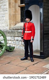 London England; 30,08,2015: the queen's soldier in a red coat and bearskin hat stands guard at a sentry box in the tower of london