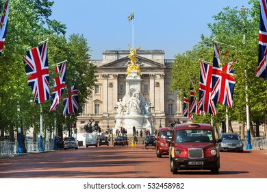 LONDON, ENGLAND - August 20, 2016. Traffic in London with Buckingham Palace in background
