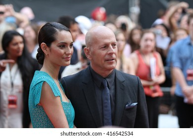 LONDON - JUL 22, 2013: Bruce Willis and Emma Heming attend the European Premiere of Red 2 at Empire Leicester Square on Jul 22, 2013 in London