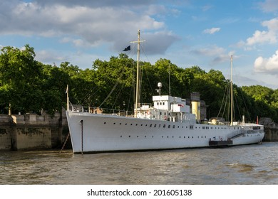 LONDON - JUNE 25 : Floating restaurant and bar on the River Thames in London on June 25, 2014