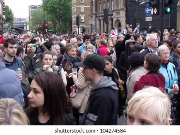 LONDON- JUNE 3: Crowds of 1000s celebrate the diamond jubilee of Englands Queen Elizabeth 11, on the streets of London, june 3, 2012.