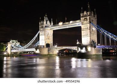 London night cityscape at tower bridge